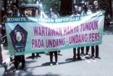 """Puluhan Wartawan Demo Solidaritas Buat """"suarahukum.com"""""""
