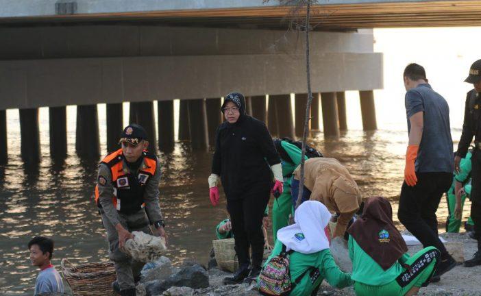 Kerja Bhakti Massal Raup 23,5 Ton Sampah. Disertai Aksi Tanam 500 Cemara Udang