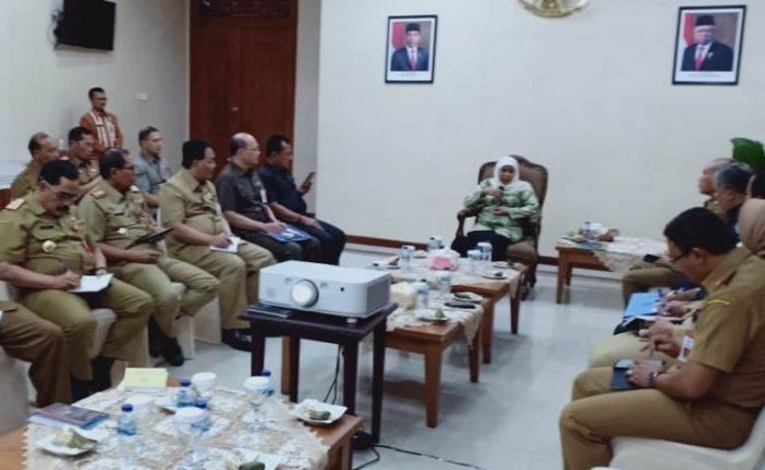 Gubernur Khofifah Pimpin Rakor OPD di Bandara Jelang Berangkat Umroh
