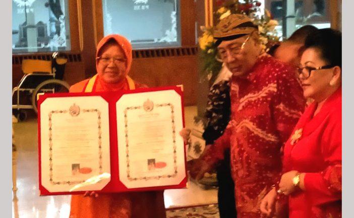 "Paku Buwono (PB) XIII Anugerahi Wali Kota Surabaya Gelar ""Kanjeng Mas Ayu Dr (HC), Ir, Tri Rismaharini Kelaswari, M.T."""