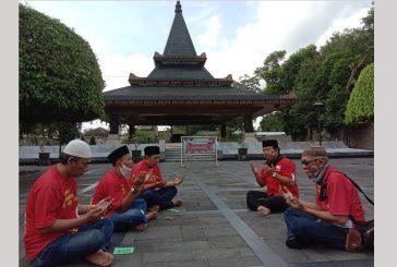 Jelang Pilkada Relawan Ning Lia Bermunajat Doa di Samping Batu Nisan Sang Proklamator RI