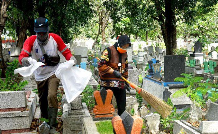 Wali Kota Risma Dan Kapolres Tanjung Perak Spontan Bersihkan Area Makam Mbah Ratu