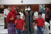 Temui Dua Bocah Hafidz Qur'an, Wali Kota Risma Intervensi Pengobatan Mata Mereka
